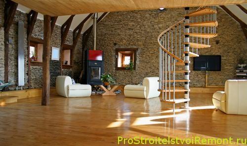 Дизайн гостиной с деревянным полом и телевизором фото. Круговая лестница в гостиной и зале.