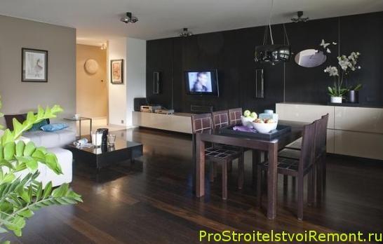 Дизайн гостиной с деревянным полом и телевизором фото