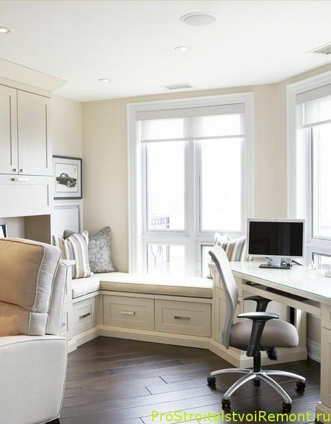 Домашний офис с удобным компьютерным стулом и столом фото