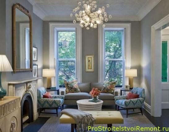Дизайн интерьера гостиной в белом цвете с цветами фото с люстрой