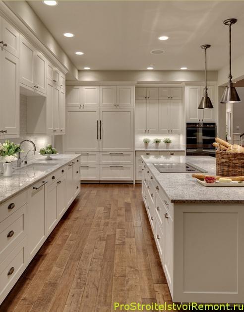 Белая современная кухня с мраморной