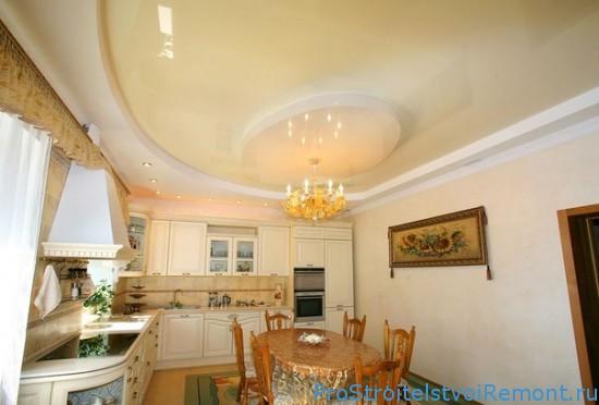 Красивый бежевый натяжной потолок на кухне фото