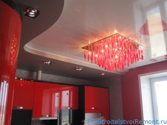 Красивый красный натяжной потолок на кухне фото