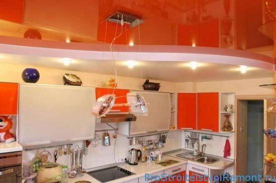 Красивый натяжной потолок на кухне с подсветкой фото