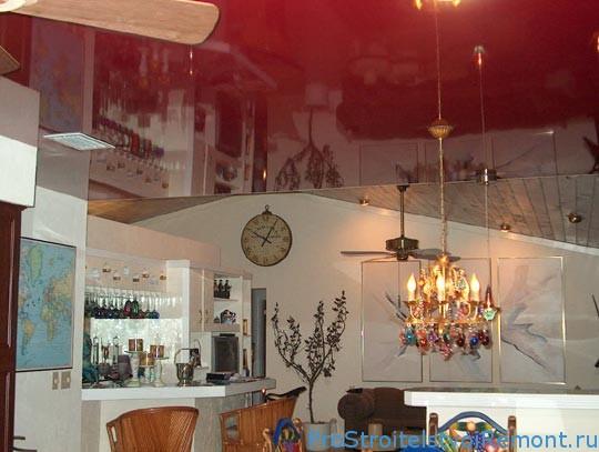 Красивый натяжной потолок на кухне с люстрой фото