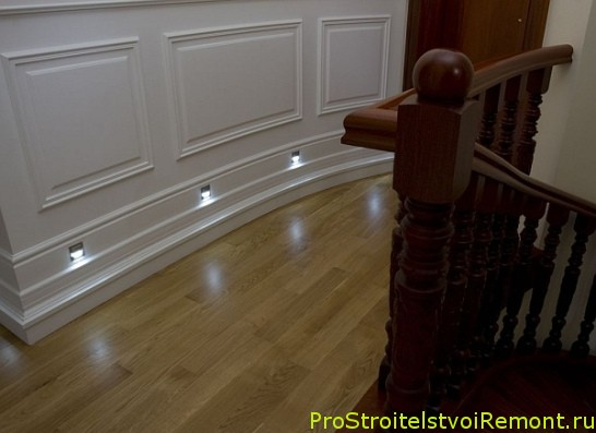 Освещение в прихожей и коридоре возле лестницы фото