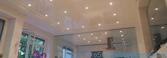 Точеная подсветка на подвесном потолке фото