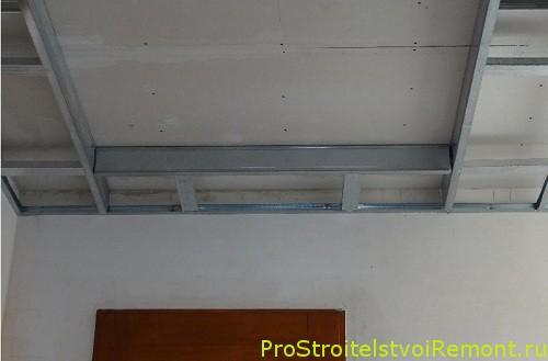 Монтаж и дизайн двухуровнего потолка из гипсокартона в зале фото