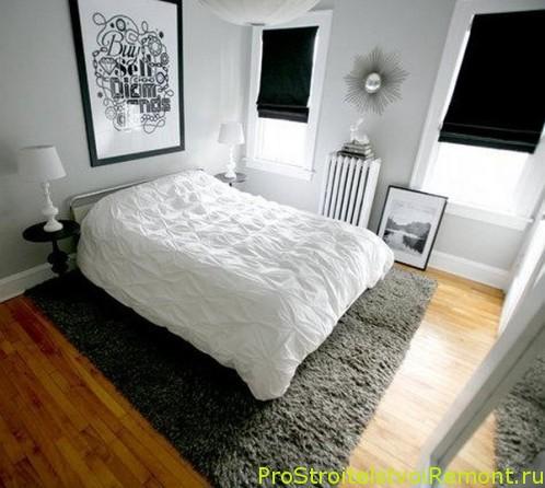 Современная спальная комната с ковром и двуспальной кроватью фото