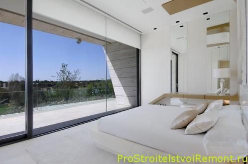 Дизайн белой современной спальни с большим окном фото