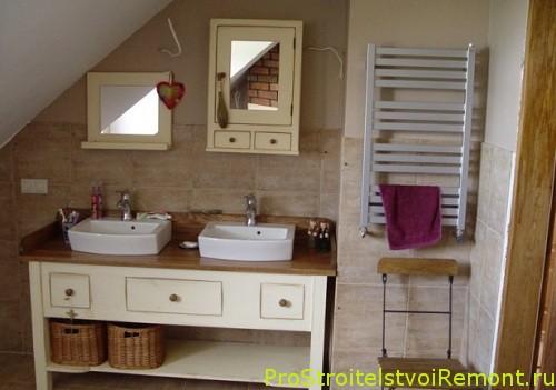 Уютная маленькая ванная комната на чердаке фото